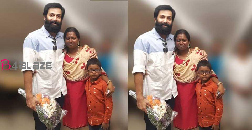 prithwiraj-with-his-fans